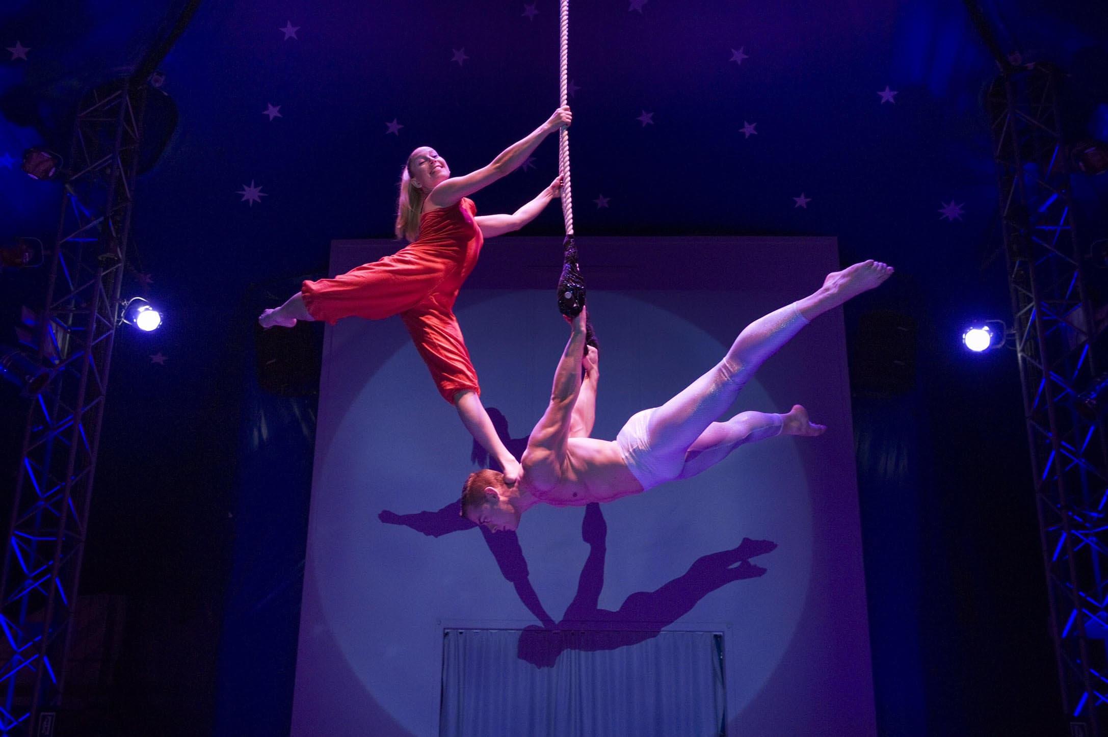 artistas de circo y acrobatas
